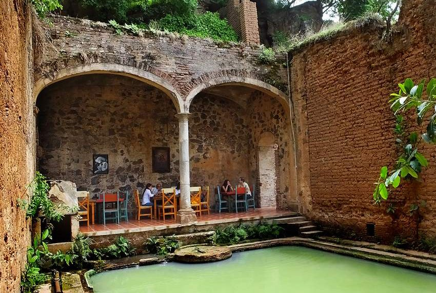 7Poolside-dining-among-ruins