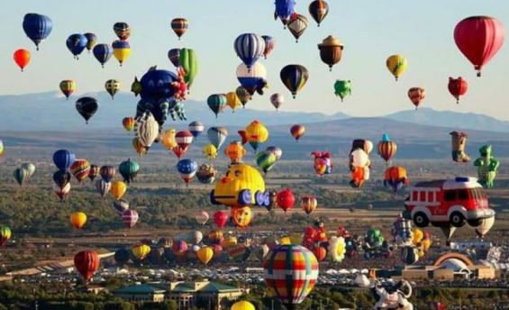 Balloons soar over León for annual festival.