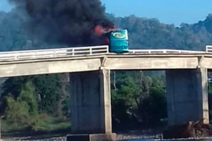 A bus burns on highway 200 in Tomatlán today.