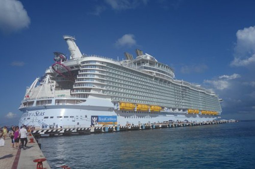 World S Biggest Cruise Ship Makes A Stop In Cozumel