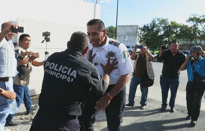 A police officer gets in a shoving match with Cancún's police chief.