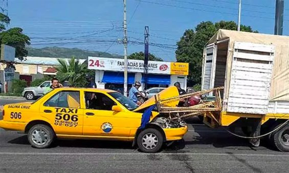 This accident occurred in July in Salina Cruz, Oaxaca. The driver admitted he had been texting.