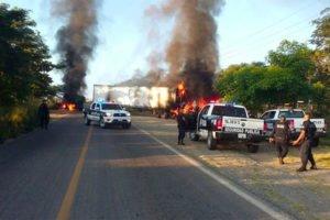 Vehicles burn yesterday in Tomatlán.