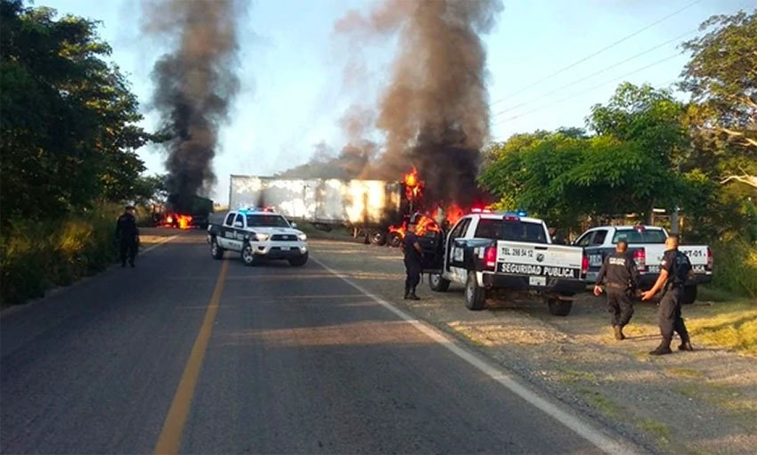 Vehicles burn yesterday in Tomatlán.