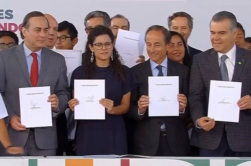 Alcalde, second from left, signed an accord yesterday with business representatives.