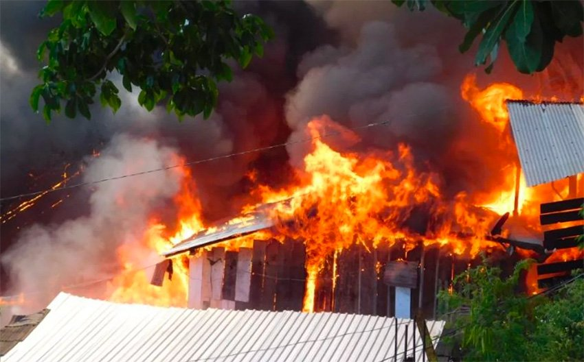 Fire rages yesterday in Zihuatanejo.
