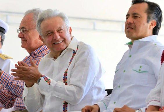 Transportation Secretary Jiménez, López Obrador and Veracruz Governor Cuitláhuac García at yesterday's announcement.