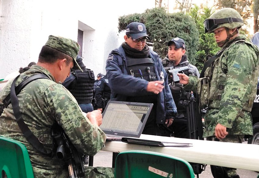 Military officials check weapons of municipal police.
