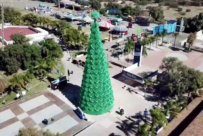 Christmas Tree Using Recycled Materials.Aguascalientes Breaks Record For Largest Tree Made With