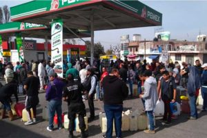 A lineup for gasoline in Michoacán.