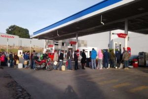 A lineup at a Mobil station this morning in the city of Guanajuato.