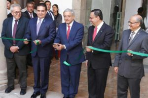 The president cuts the ribbon at the opening of new IMSS offices in Michoacán.