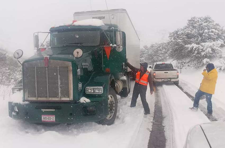 Snow closed some highways in northern Chihuahua yesterday.