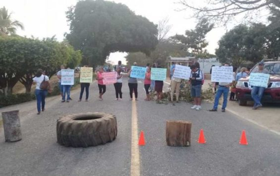 Parents and teachers block the Oaxaca highway yesterday.