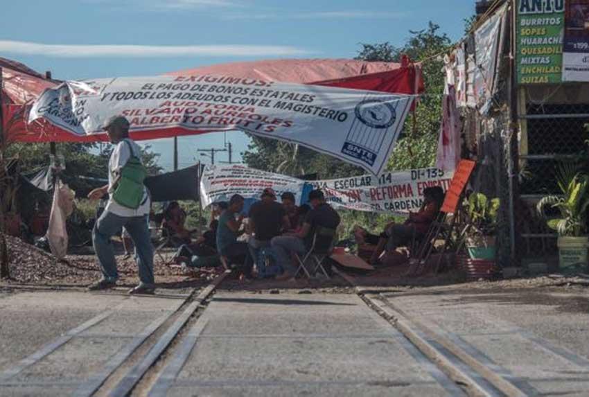 Teachers' blockade in Uruapan, one of two that remain in Michoacán.