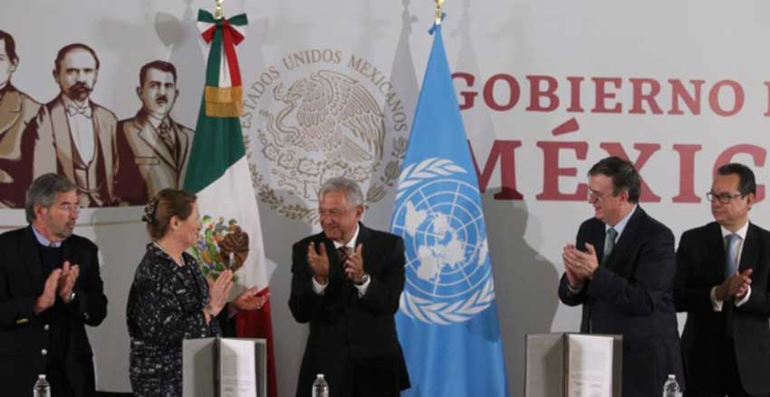 Mexican and UN officials applaud signing of agreement of support.
