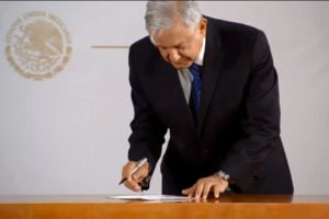 The president signs a pledge not to run for re-election.