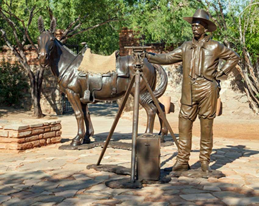 Sculptures in the El Triunfo mining museum courtyard recreate the area's mining history.