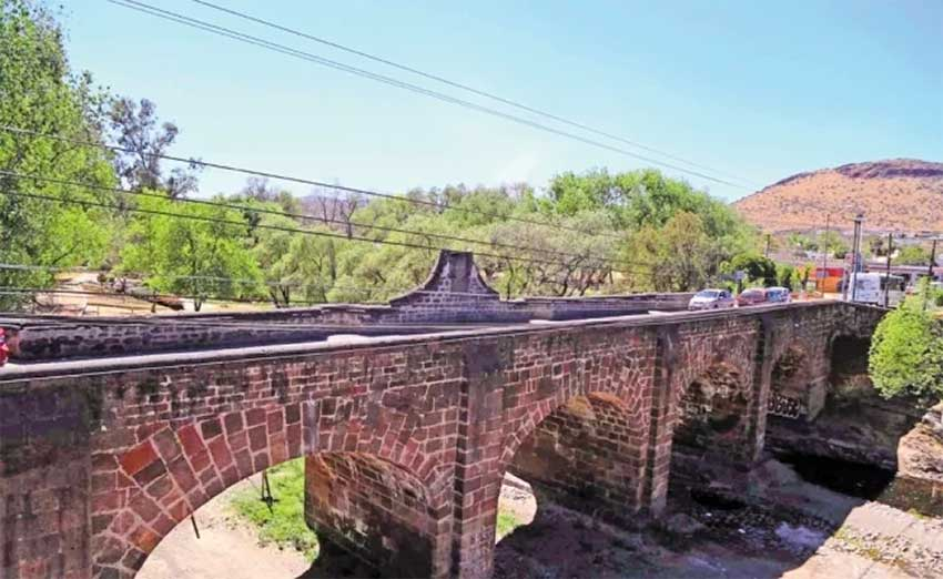 The historic bridge in Querétaro.