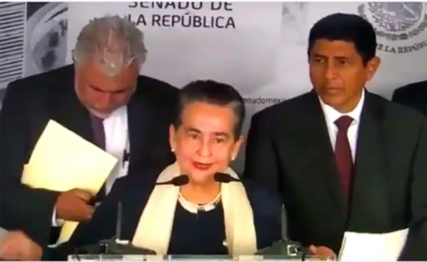 Senator Sánchez condemns the media during a press conference.