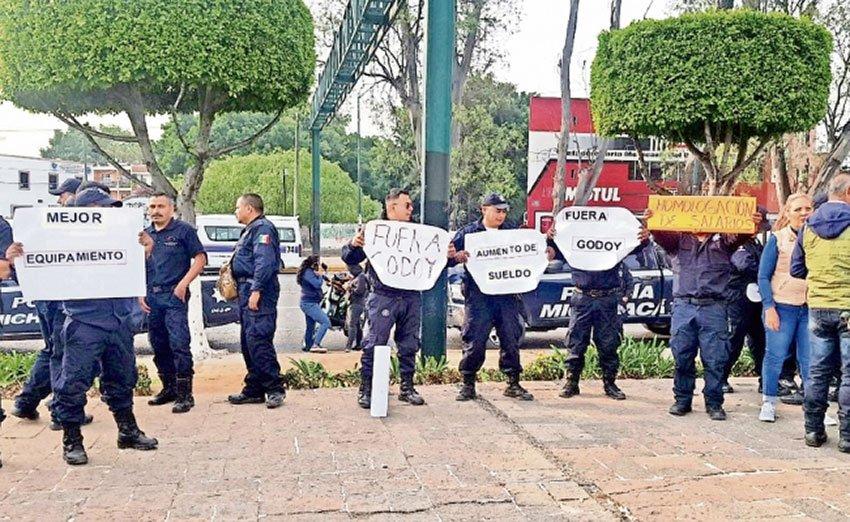 Striking police in Michoacán.