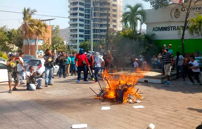 Guerrero teachers burn furniture and documents in Acapulco.