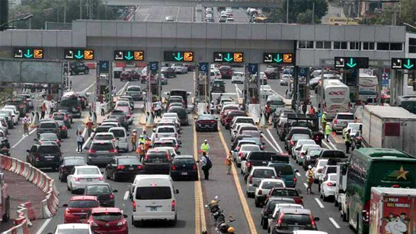 A busy morning at the Tlalpan toll plaza.