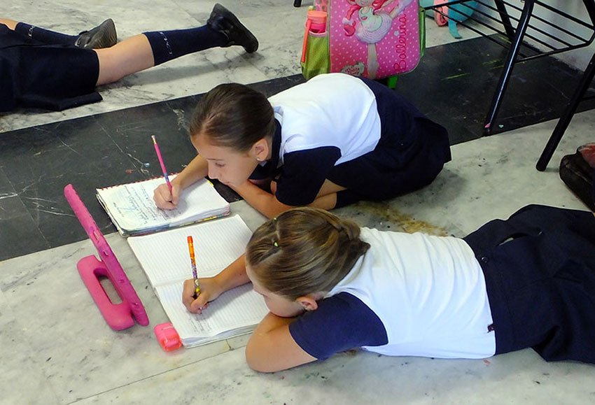 Students write questions in English. Lying on the floor is permitted.