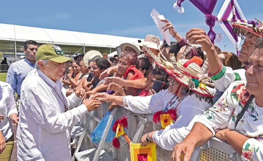 The president receives a warm welcome in Nayarit.