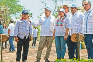 The president meets with residents of Balancán.