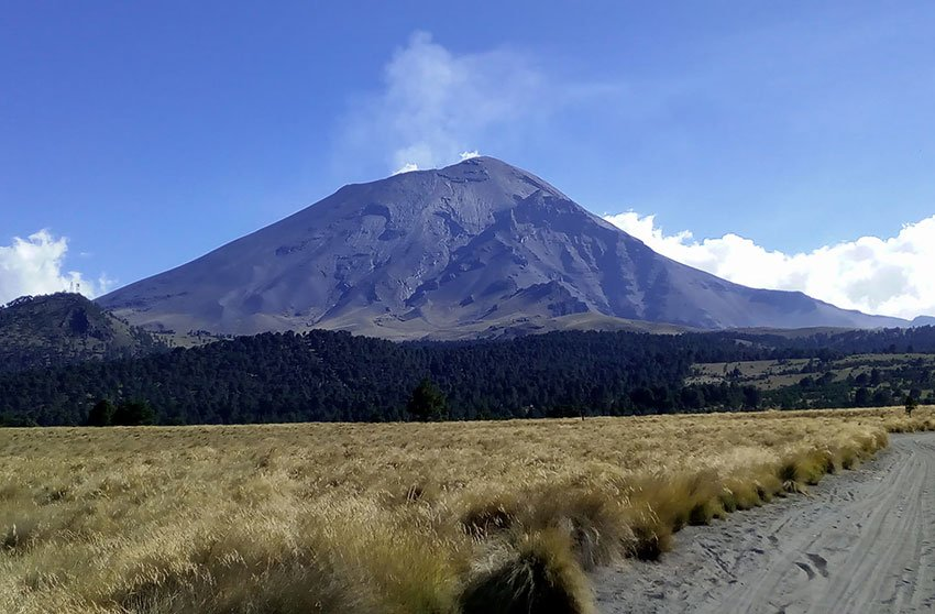 The Popocatépetl and Iztaccíhuatl volcanoes in the Paso de Cortés.