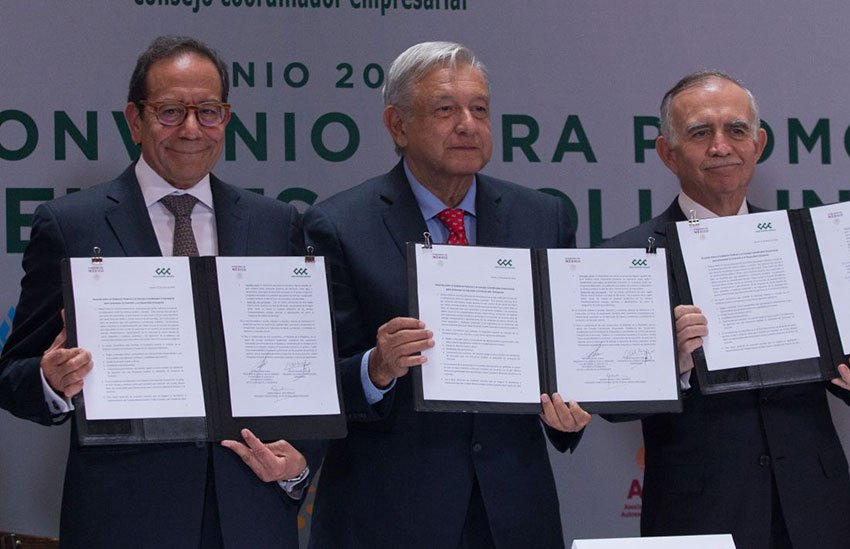 More investment: business representative Salazar, López Obrador and the president's chief of staff, Alfonso Romo, with the new agreement.