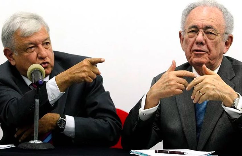 López Obrador, left, and Transportation Secretary Jiménez: a contradiction over airport crooks.