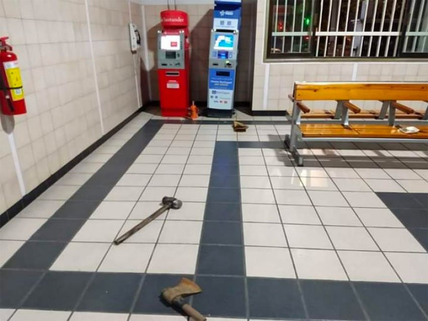 A sledge hammer, an axe and a lopsided ATM after a failed robbery attempt in Juchitán.