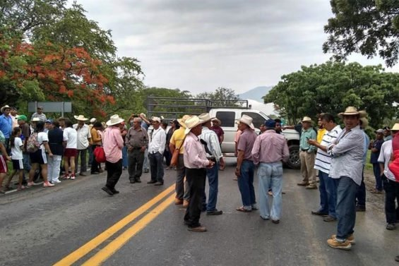 Farmers block the Iguala-Chilpancingo highway to demand their fertilizer.