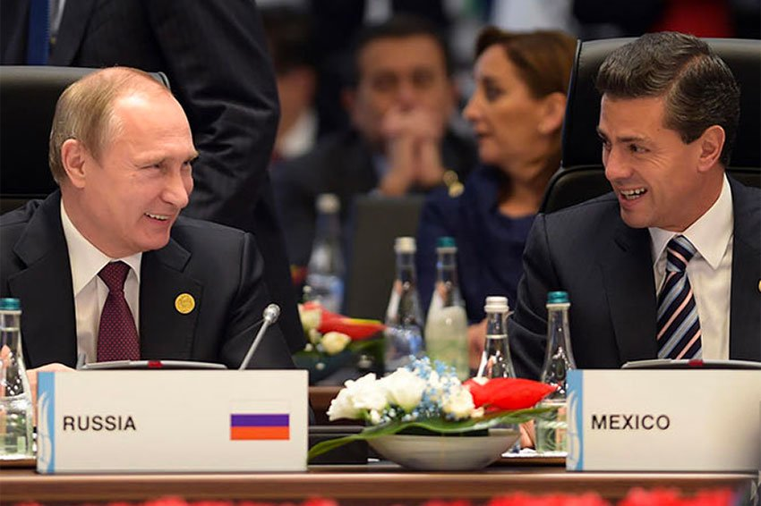 Peña Nieto and Russia's Vladimir Putin enjoy a moment at a G20 conference.