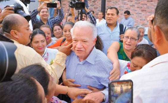 Warm welcome for ex-governor.