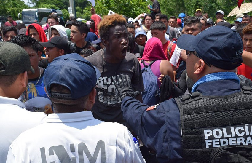 Immigration agents and policy confront migrants yesterday in Chiapas.