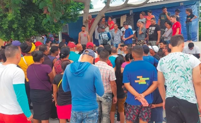 Migrants protest corruption among immigration agents in Tamaulipas.