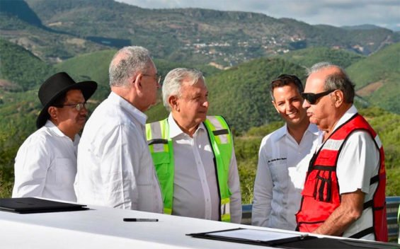 López Obrador, center, chats with Slim, right, while signing a highway construction contract on Friday. Between them is Oaxaca Governor Alejandro Murat.