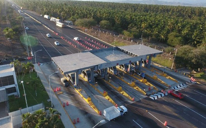 The Cuyutlán toll plaza: no more charge for passenger vehicles.