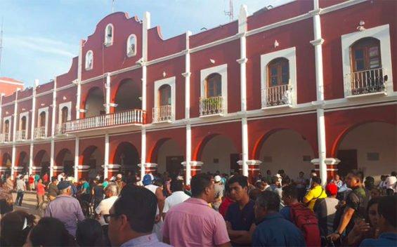 Angry citizens at the municipal palace in Zaachila, Oaxaca.