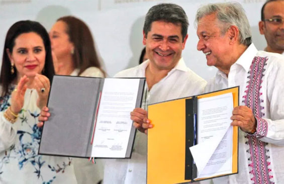 Honduras President Hernández, center, after signing an agreement with President López Obrador on Saturday.