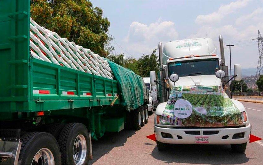 Trucks loaded with fertilizer in Guerrero yesterday.