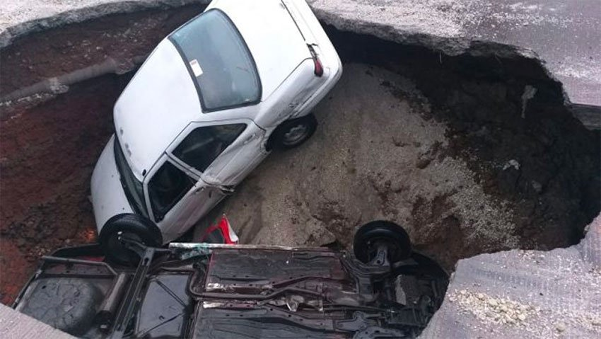 The sinkhole in Ecatepec this morning.