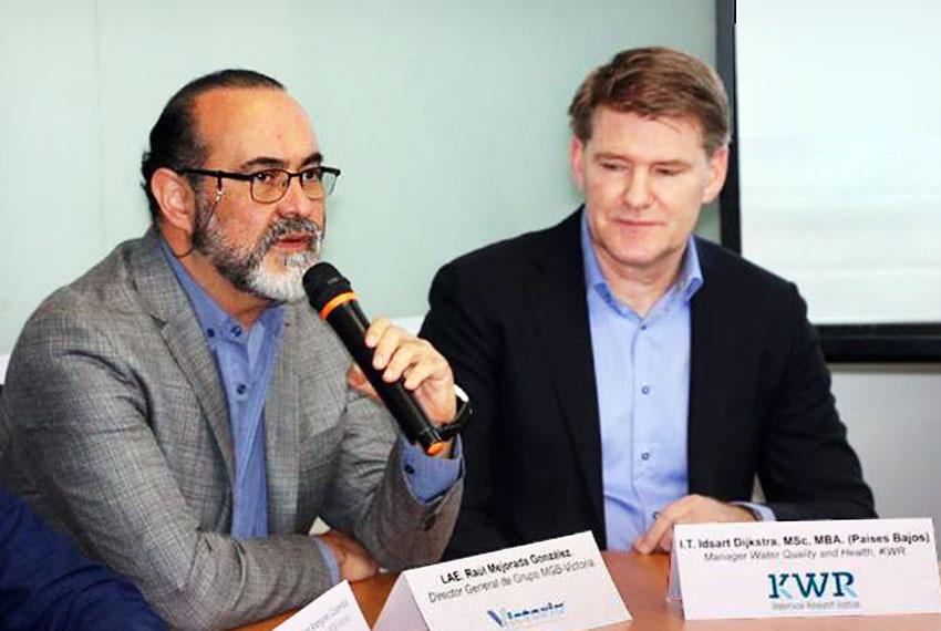 Raúl Mejorada of MGB Victoria, left, and Idsart Dijkstra of KWR.