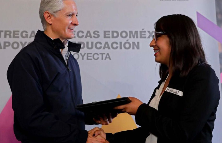 Governor del Mazo presents a scholarship for study in Canada.