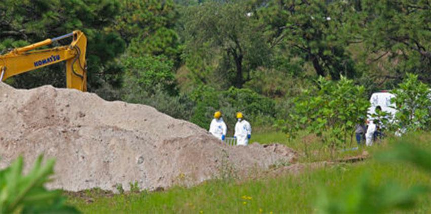 Excavating human remains in Zapopan.