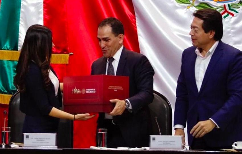 Finance Secretary Herrera, center, delivers the budget to Deputies Laura Rojas and Mario Delgado.