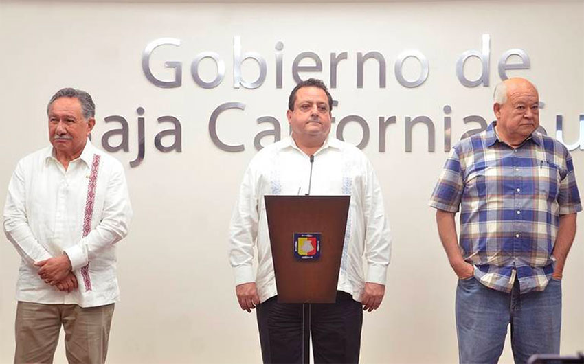 Flanked by CFE officials, Governor Mendoza announces new generation capacity.